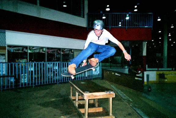 (skateboarder) Robin melon over box