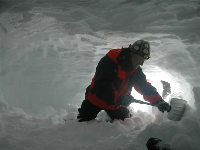 ski guide course - building a snow cave
