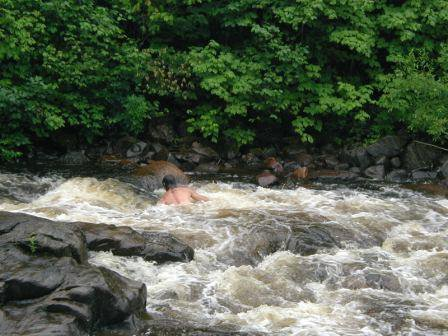 I was trying to go up the rapids....very difficult !