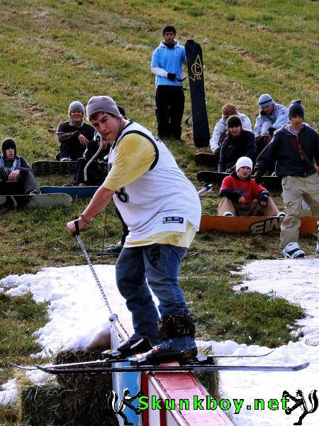 Skiing is not a fashion show: Snowboard leashes are an integral part of basic ski equipment.