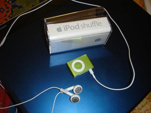 Ipod Shuffle 1 gig....perfect for ski - 1 of 2