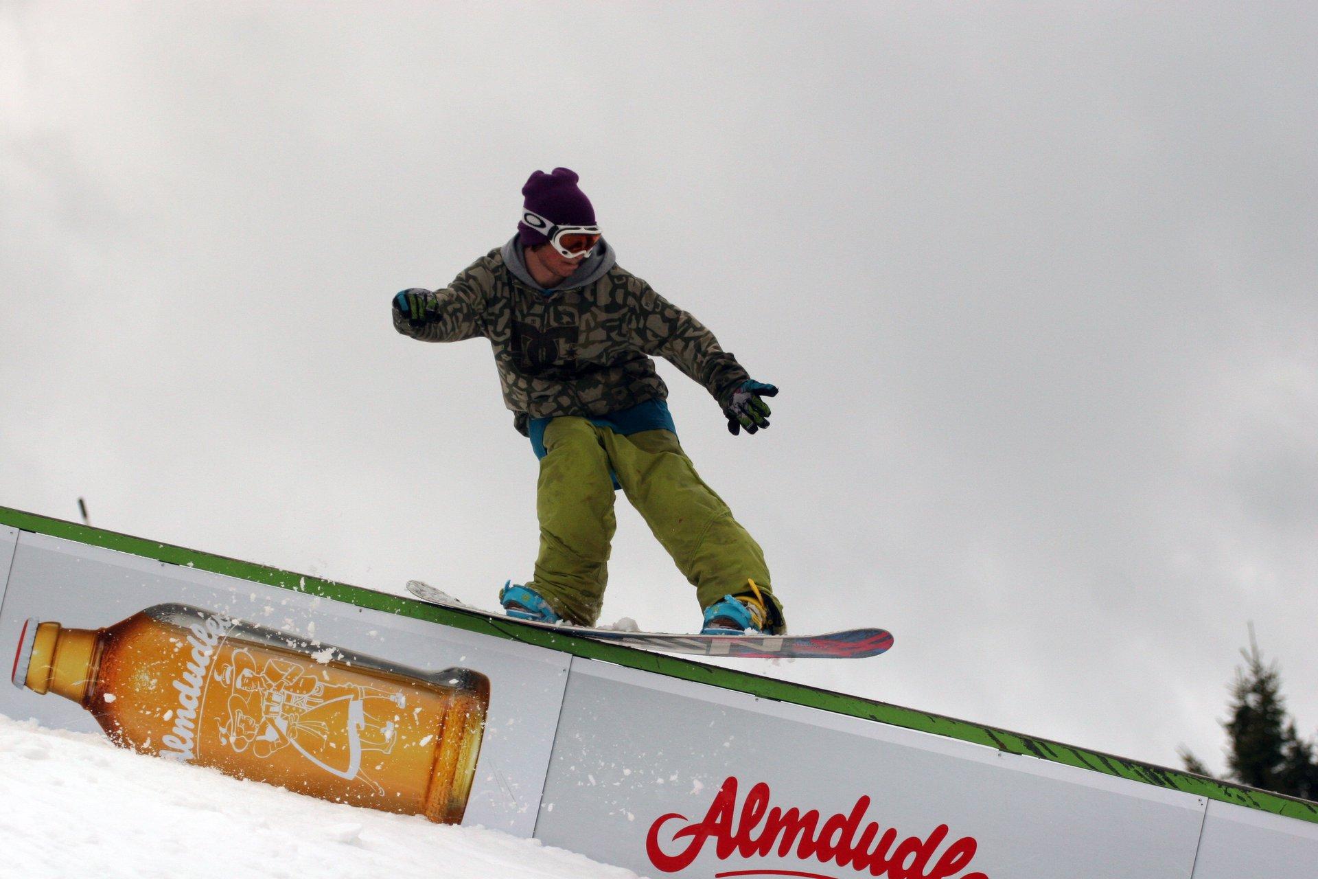 Snowboard tailpress