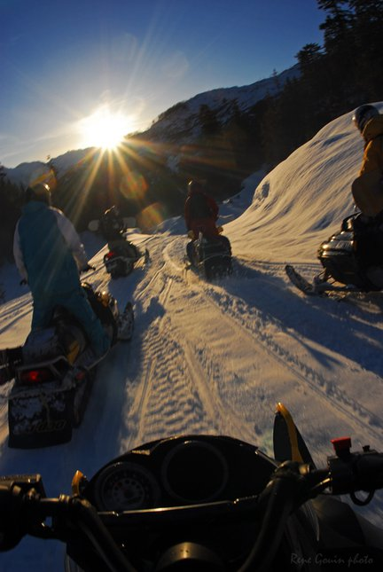 Formation snowmobiling