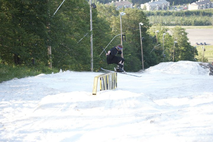 Tail press skiing july 8th in Québec