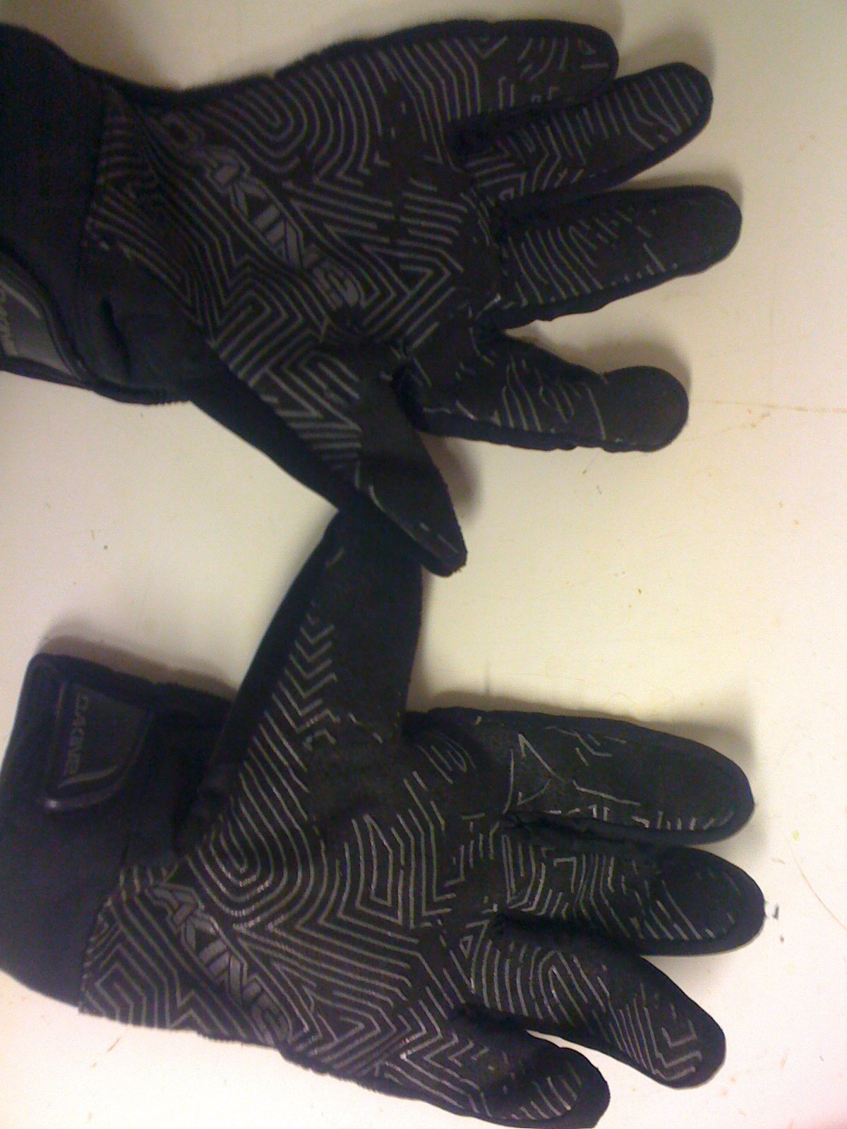 inside dakine gloves