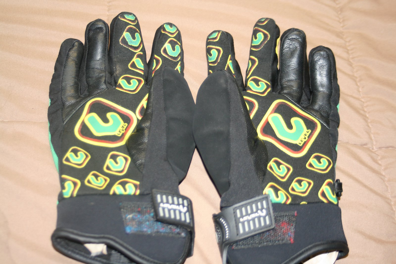 Level Hand rasta gloves palm